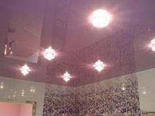 Фиолетовый натяжной потолок в ванной