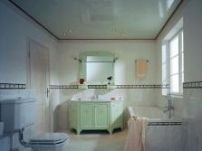 Потолок в цвет мебели в ванной