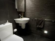 Плитка темных тонов в ванной комнате