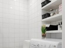 Встроенные полки в маленькой ванной