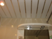 Белый потолок в ванной комнате