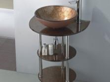 Стеклянная раковина с хромированными трубами