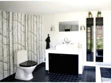 Белая ванная с черным полом