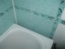 Широкий зазор между ванной и стеной