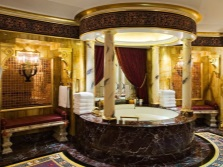 Камень и золото в отделке в ванной комнате