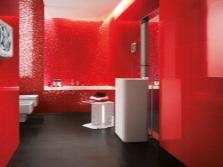 Красная мозаика и плитка в ванной