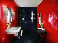 Красно-черная ванная с белой сантехникой