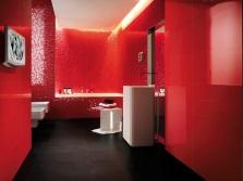 Красная ванная с белой сантехникой