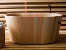 Маленькая ванна из дерева