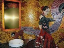Шикарное мозаичное панно в ванной комнате