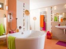 Оранжевая с белым ванная, зеленые и розовые аксессуары
