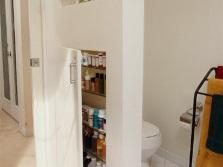Перегородка в ванной комнате с местом хранения