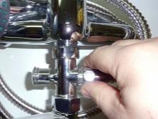 Разбор кнопочного смесителя - шаг 1