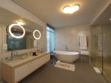 Потолочные светильники и бра в ванной комнате