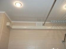 Белый потолок в ванной комнате с потолочными светильниками