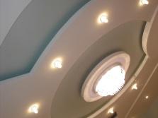 Красивый подвесной потолок с потолочными светильниками