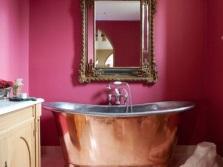 Малиновая плитка в ванной