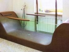 Ванна из стекла и дерева