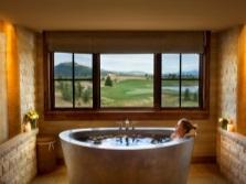 Красивая современная ванная в японском стиле