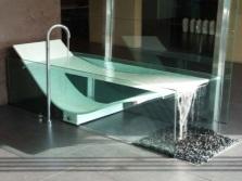 Красивая современная ванна из стекла