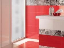 Бело-красная ванная с серебристой плиткой