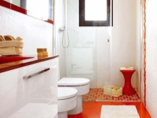 Красный пол в белой ванной