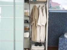 Шкафы купе в помещении ванной комнаты