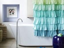 Аксессуары разных цветов в интерьере ванной