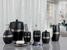 Черные пластиковые аксессуары в ванной