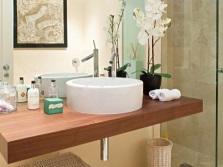 Минимум аксессуаров в ванной комнате
