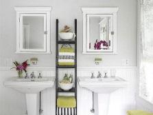 Расположение аксессуаров вблизи рабочей поверхности в ванной