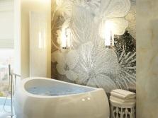 Деревянная мебель в бежевой ванной