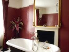 Бордовый беж в ванной