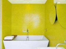 Ванная с ярко-желтыми стенами