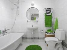 Белая ванная с яркими акцентами в виде аксессуаров