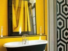 Желтая ванная с черными элементами декора