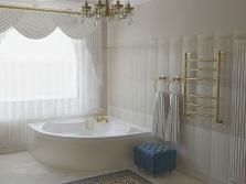 Белая ванная с синими аксессуарами