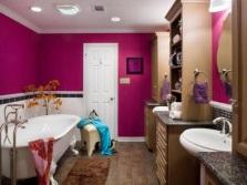 Обилие яркого цвета в ванной