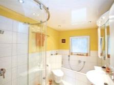 Ванная с г лянцевым потолком