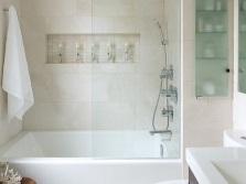 Светлая ванная комната с простым декором