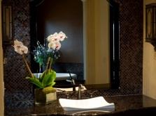 Цветущие цветы в ванной