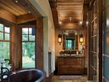 Люстра в деревянной ванной