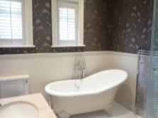 Сочетание темных и светлых оттенков в маленькой ванне без санузла