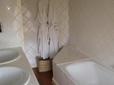 Отделка маленькой ванной в светлые тона