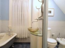 Светлая отделка ванной не большого размера с отдельным туалетом