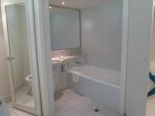 Увеличение с помощью зеркало маленькой ванной