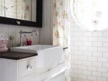 Диагональная кладка плитки на полу маленькой ванной