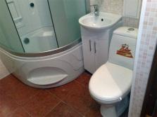 Глубокая душевая кабина в ванной комнате