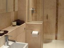 Душевая кабинка и мини сантехника в ванной комнате
