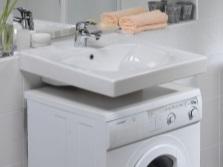Стиральная машина над умывальником в маленькой ванной